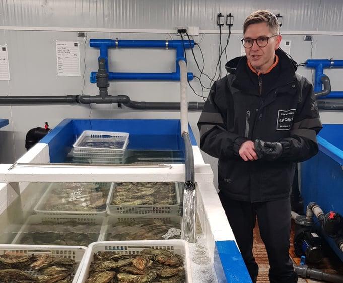 Kristian Lier i Norwegian Shores orienterer om renseanlegget for østers